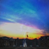 【ノドの書】を引用した碑文《天地開闢  黄昏如き微睡みの中  我らは宵闇彷徨い  黎明を夢見る》